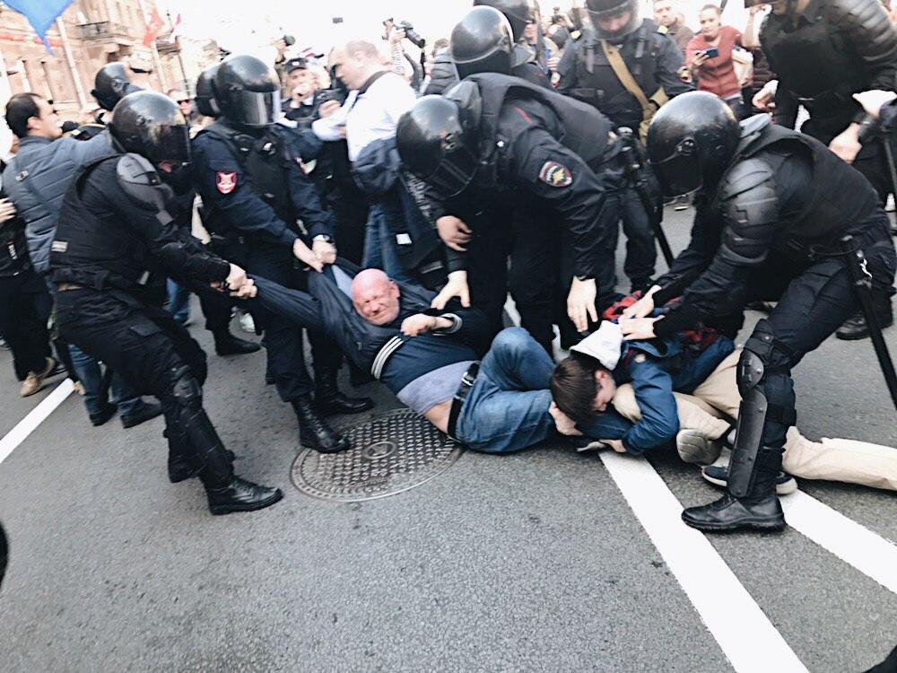 Задержание Максима Резника на первомае
